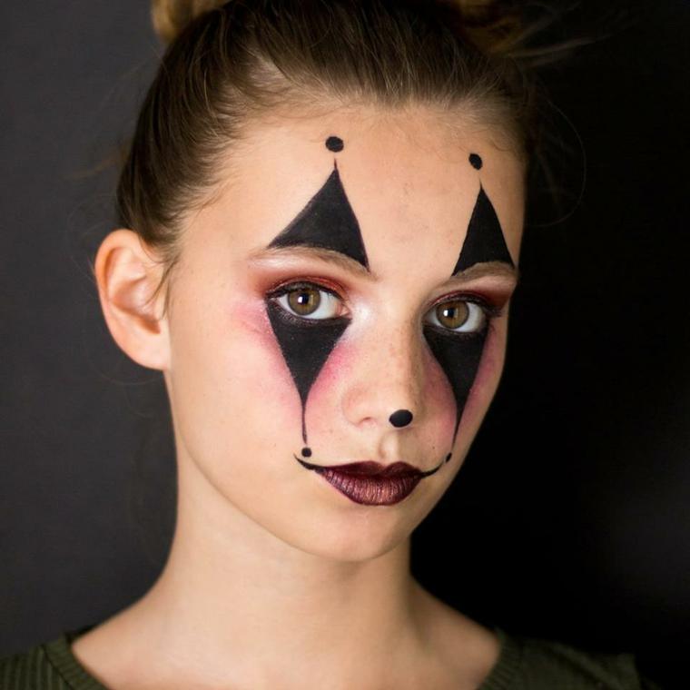 Bimba truccata per Halloween, trucco con rossetto, ragazzina truccata come pagliaccio