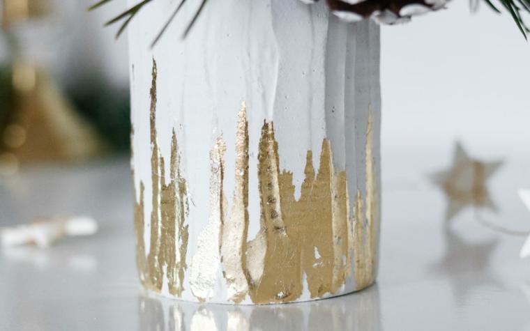 Vaso con barattolo di latta, lavoretti di natale facili, gesso con elementi in oro, vaso con rametti e pigne