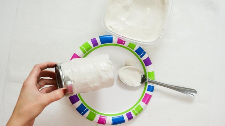 Piatto di carta colorato, barattolo di latta con gesso, lavoretti di Natale facili