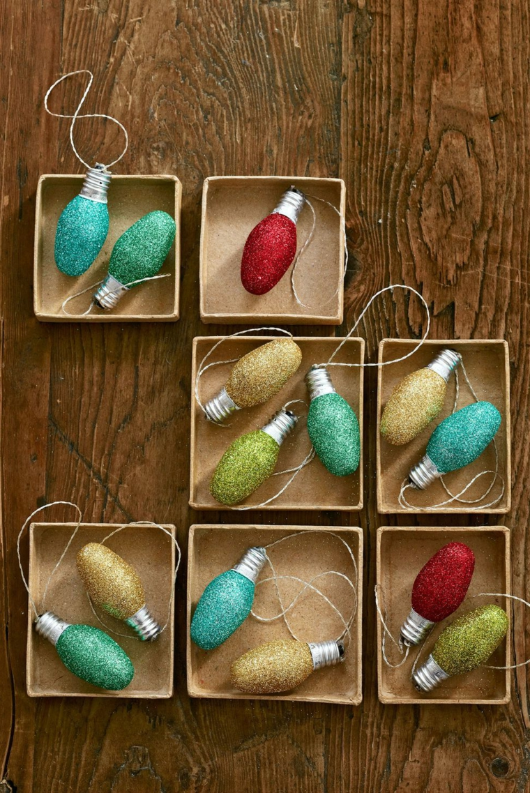 Scatole con addobbi da appendere, decorazioni di Natale, palline con colore glitter