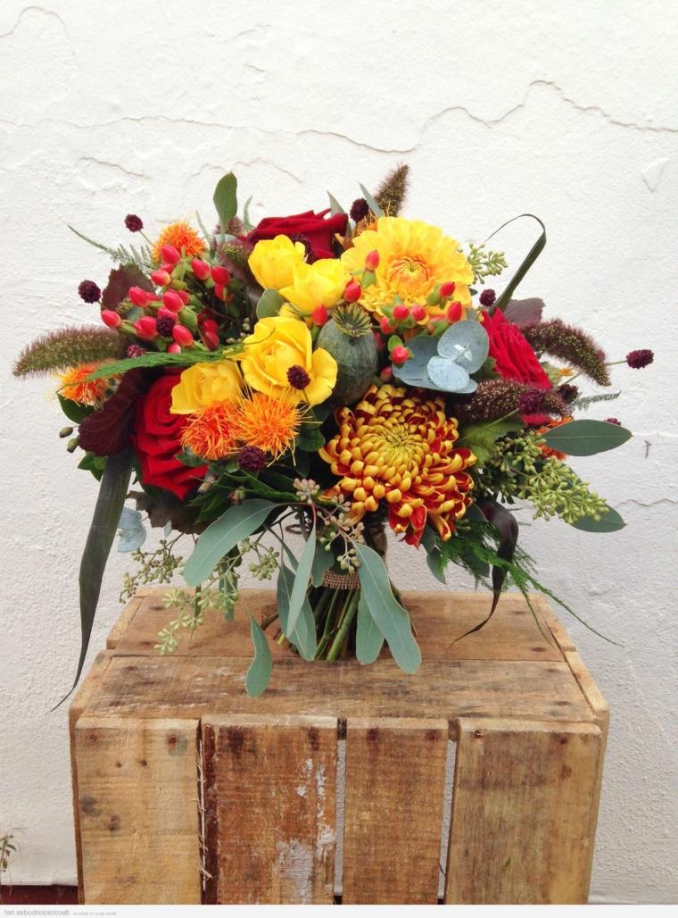 Immagini foglie autunnali, vaso con fiori, cassetta di legno marrone