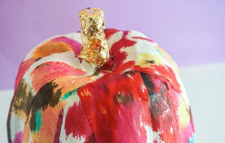 Addobbi Halloween fai da te, zucca avvolta in tessuto, stoffa con macchie di colore