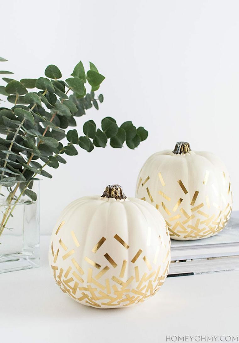 Zucche per Halloween decorate, addobbi con washi tape, vaso rami e foglie verdi