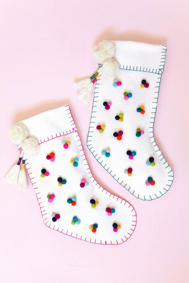 Palline di Natale fai da te, calza di feltro, calza decorata con pom pom
