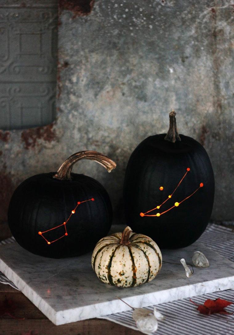 Zucca dipinta per Halloween, disegno costellazioni su zucca, addobbi rustici per Halloween