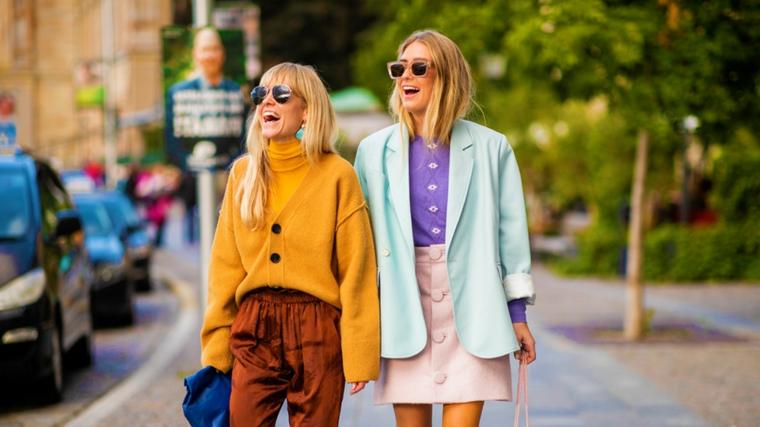 Sfilate autunno inverno 2019, due ragazze bionde, maglione largo giallo, giacca colore azzurro