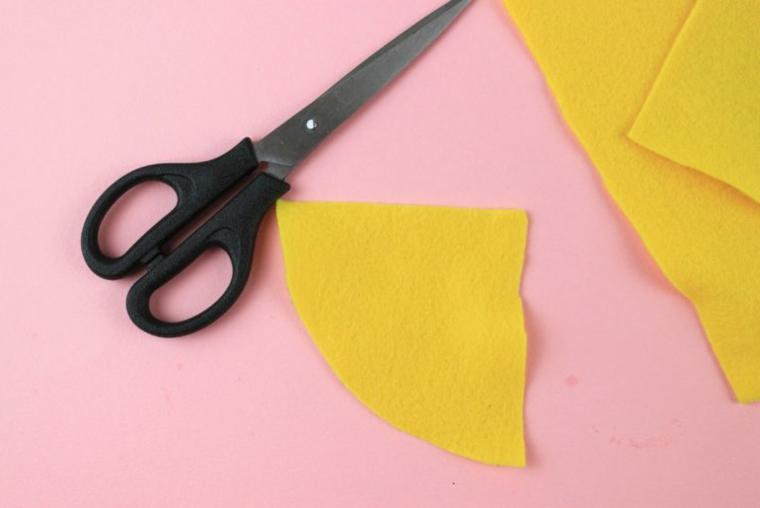 Lavoretti di Natale facili, feltro di colore giallo, pezzettino di feltro, come fare uno gnomo