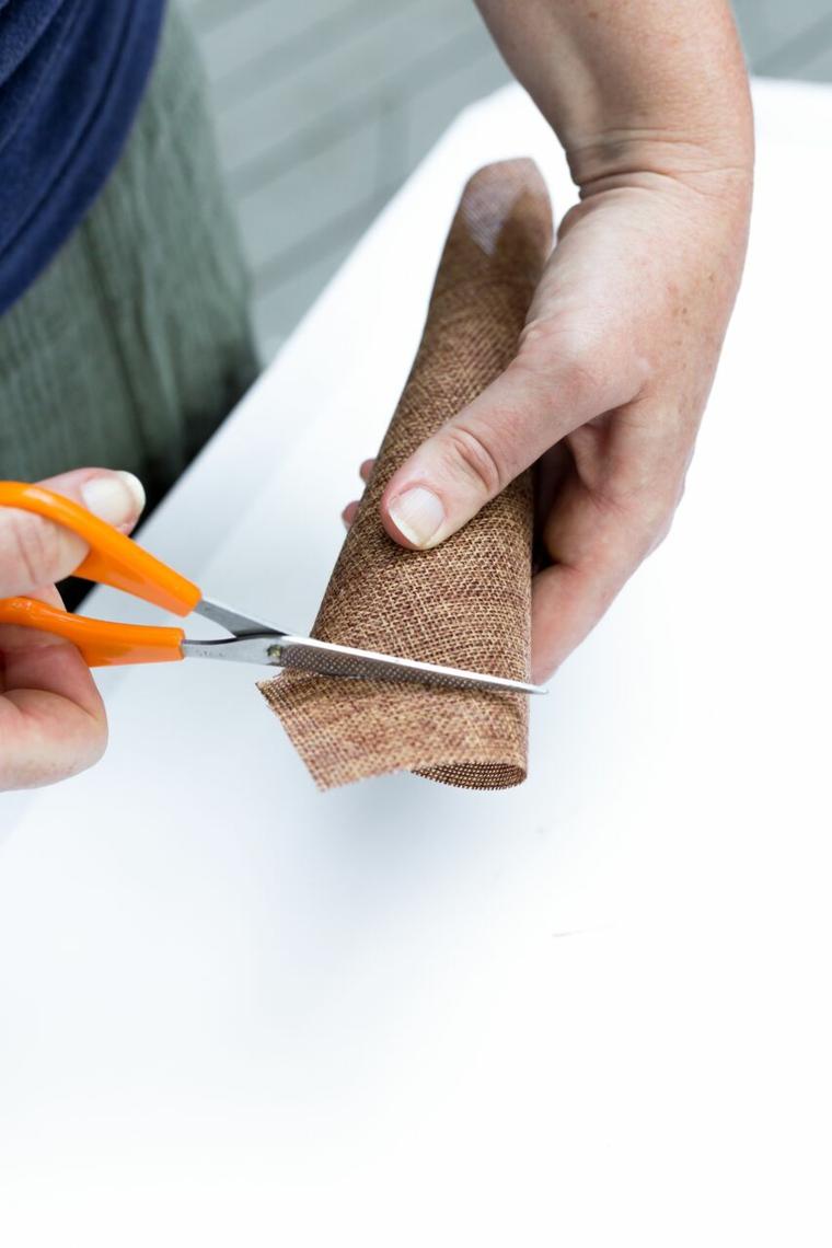 Tagliare con le forbici, tela di colore marrone, tutorial segnaposto autunnale