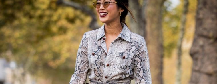 Giacca con print serpente, donna sorridente, capelli castani legati, collezione autunno inverno