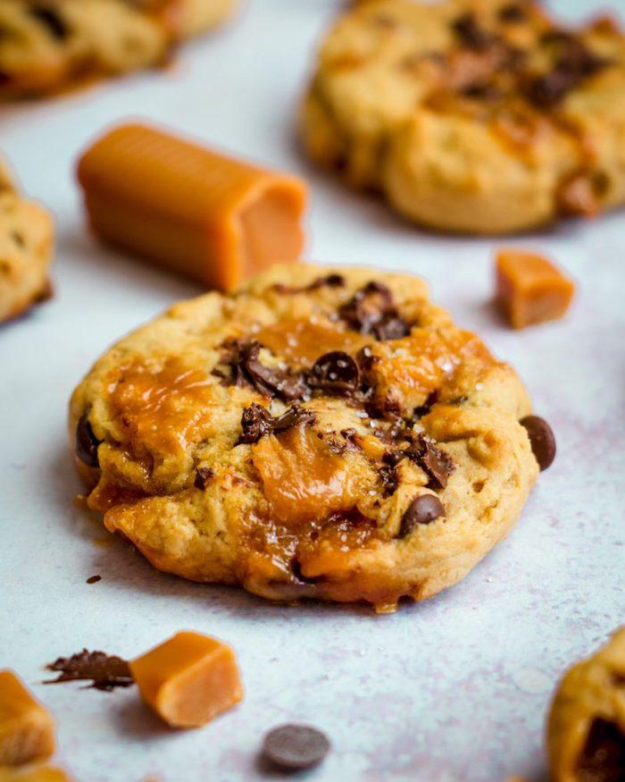 Pezzettini di caramello, gocce di cioccolato, ricetta biscotti morbidi, cookies con gocce di cioccolato