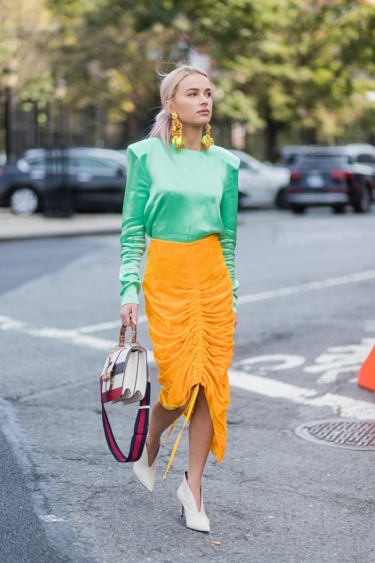 Sfilate autunno inverno 2019, capelli biondi legati, vestiti colore verde giallo, tacchi stivaletto