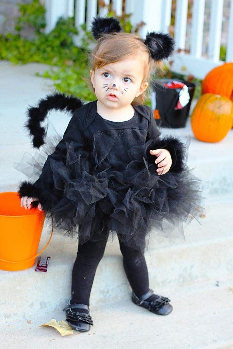 Bimba truccata come gattino, abito per Halloween con tulle, bimba con leggero trucco
