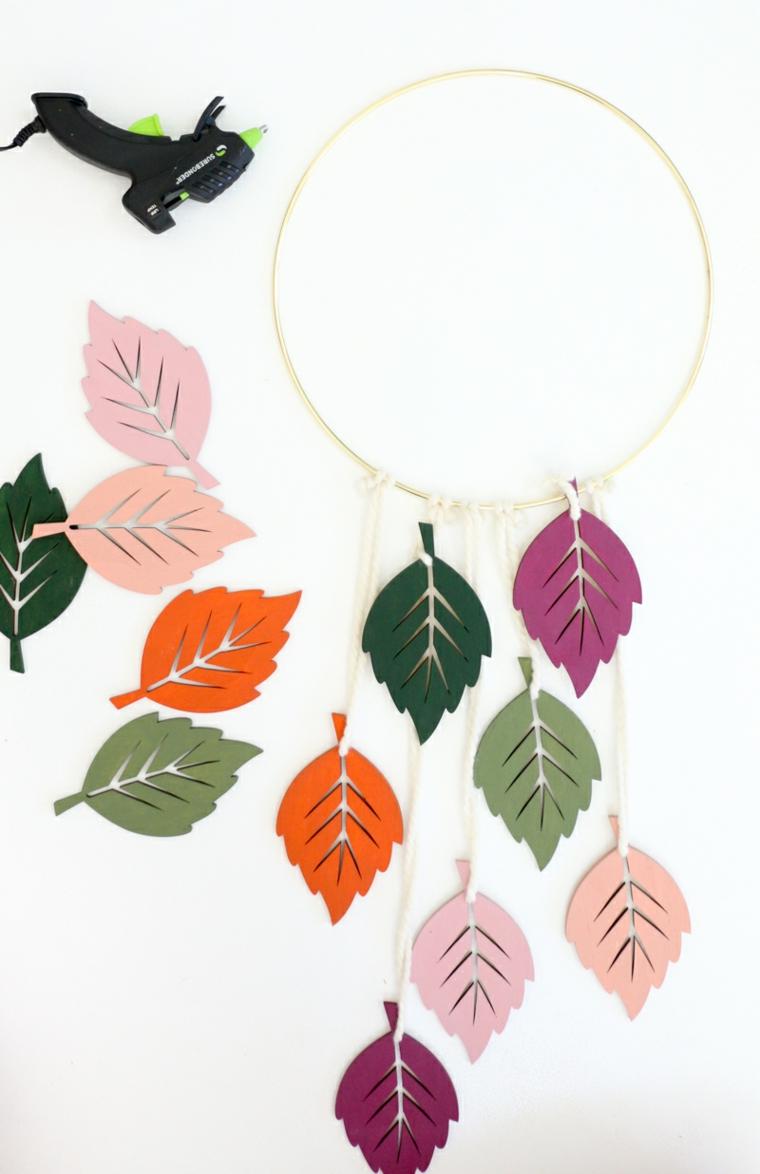 Composizioni autunnali, anello di metallo con foglie, foglie di legno dipinte, pistola per colla a caldo