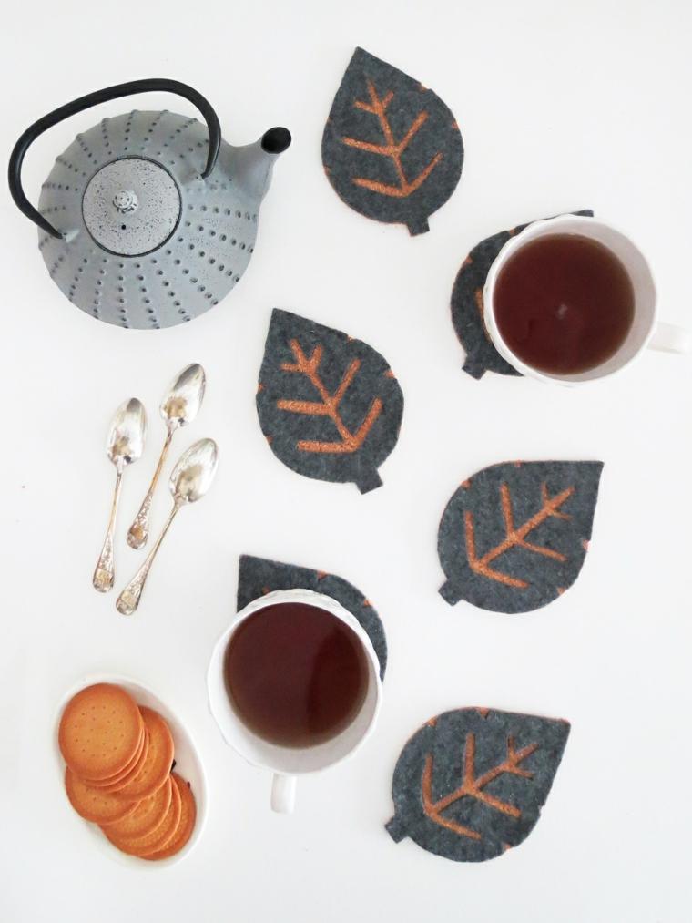 Teiera di metallo, sottobicchiere di feltro, ciotola con biscotti, lavoretti creativi autunno
