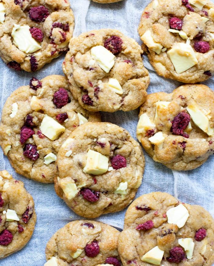 Biscotti con scaglie di cioccolato bianco, cookies con lamponi, come fare i cookies