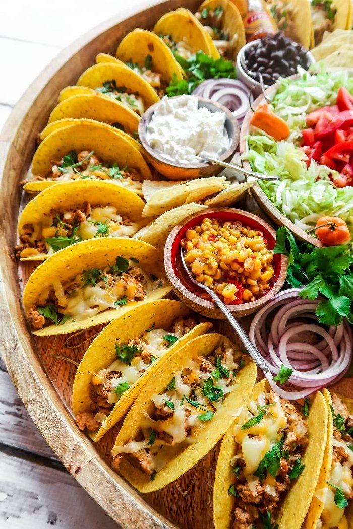 Lattuga con pomodorini, tacos con formaggio fuso, come si preparano le tortillas messicane