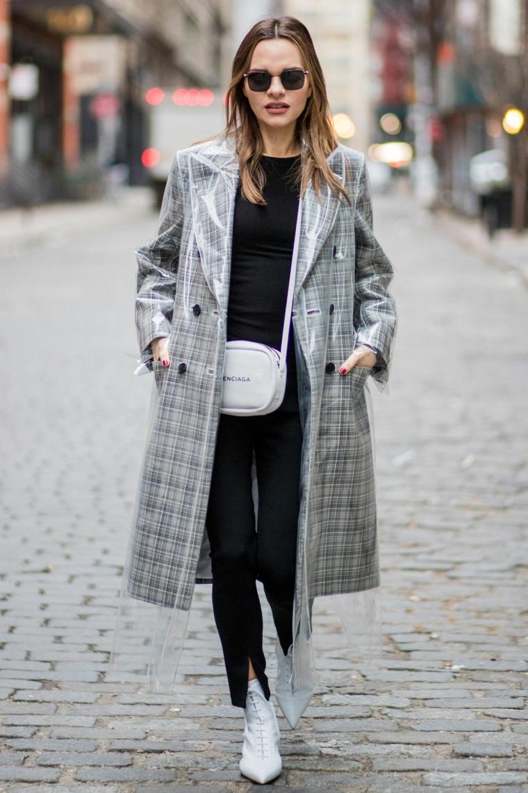 Colori moda inverno 2019, donna che cammina per strada, cappotto grigio, borsa tracolla Balenciaga