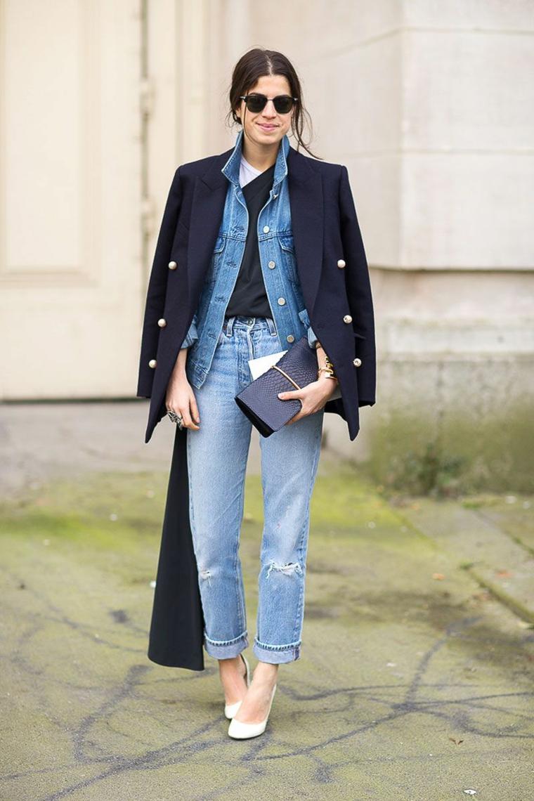 Vestiti donna autunnali, cappotto nero lungo, capelli castani legati, jeans girlfriend con strappi