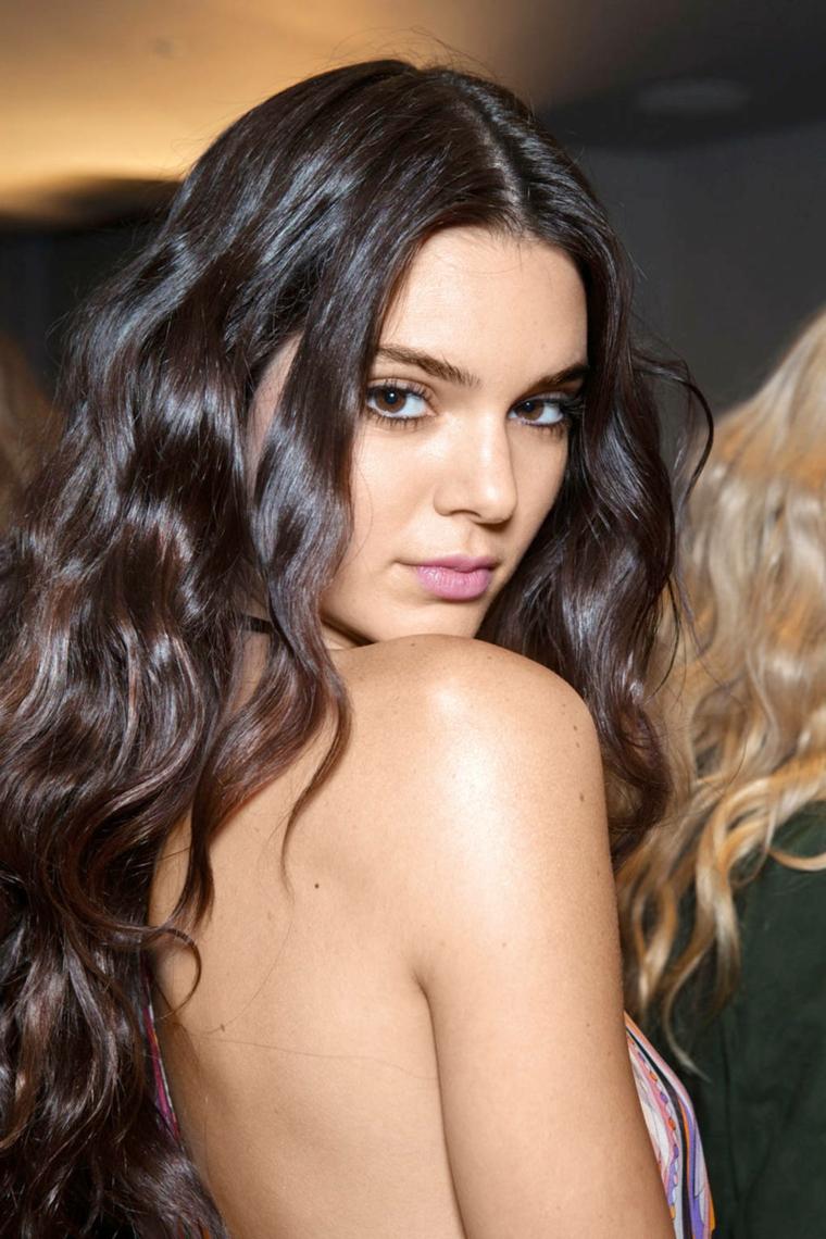 Acconciature capelli ricci, Kendal Jenner con capelli ricci, taglio capelli lunghi scalato