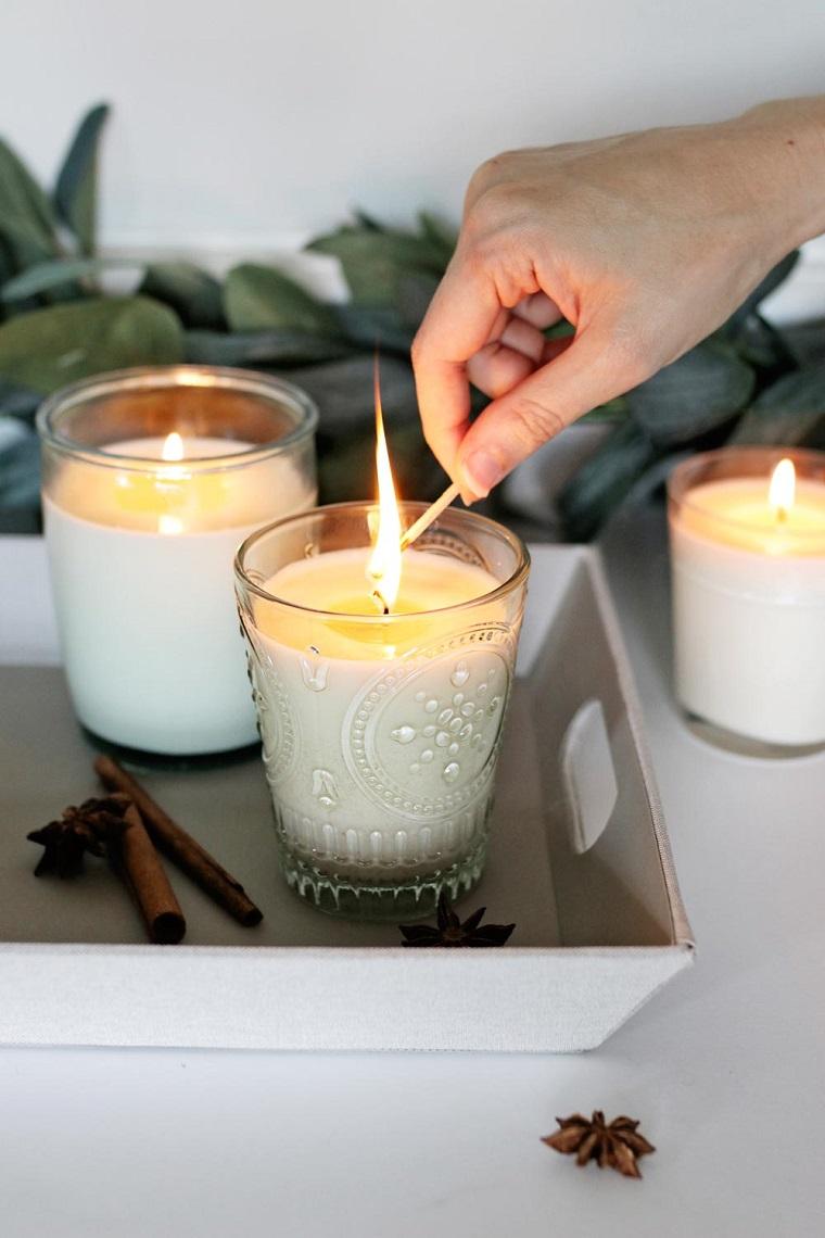 Centrotavola autunnale, accendere una candela, vassoio con candele, bastoncini di cannella