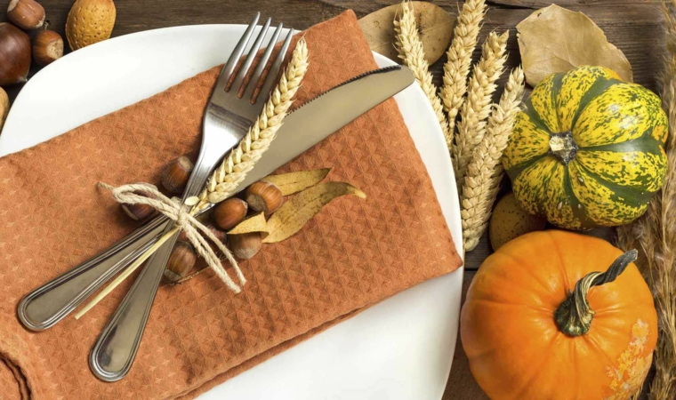 Segnaposto con ghiande, zucche mini, tovagliolo di stoffa marrone, decorazioni autunno