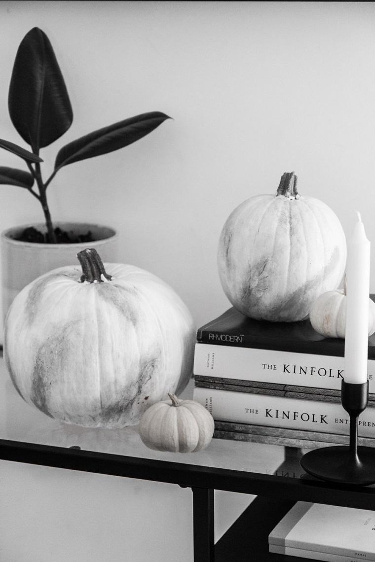 Decorazioni Halloween fai da te semplici, zucche effetto marmo, mobile con superficie di vetro