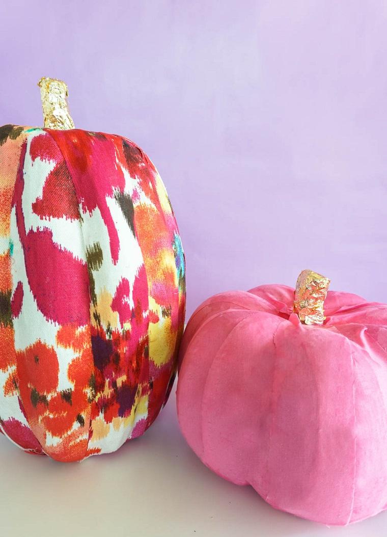 Decorazioni Halloween fai da te semplici, zucche avvolte in tessuto, stoffa con motivi colorati