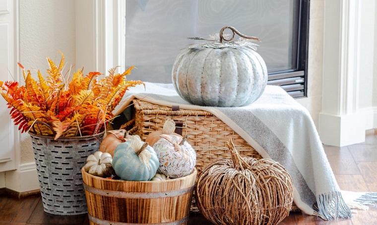 Decorazioni Halloween fai da te semplici, zucche dipinte con vernice, cesto di legno con zucche