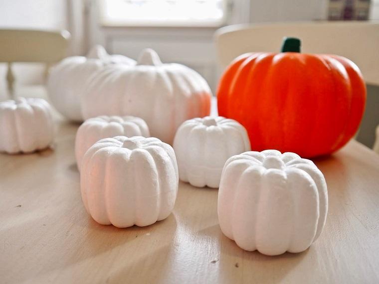 Addobbi di Halloween, zucche verniciate di bianco, tavolo con zucche di Halloween