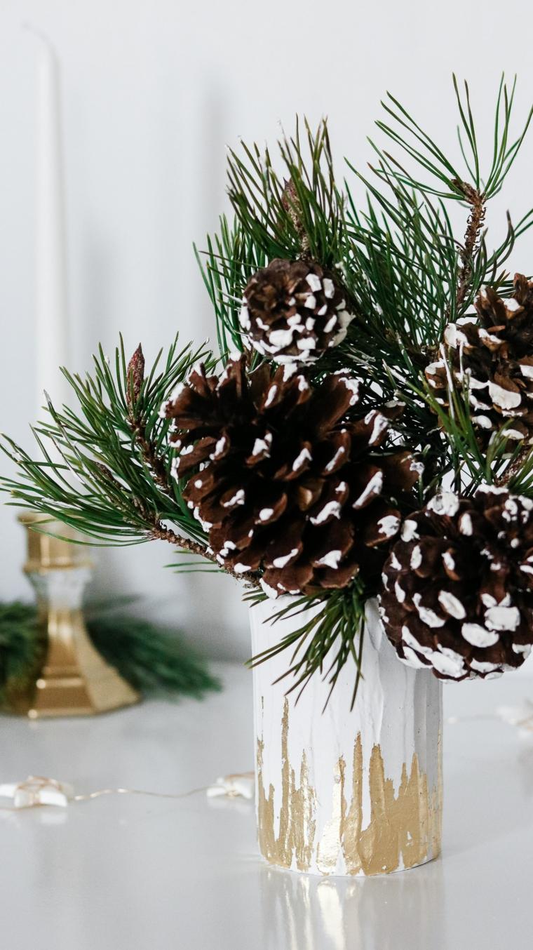 Addobbi di Natale fai da te, vaso con rametti e pigne, vaso di gesso con elementi in oro