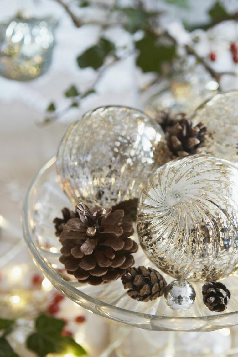 Addobbi natalizi fai da te, centrotavola con palline di vetro, centrotavola con pigne
