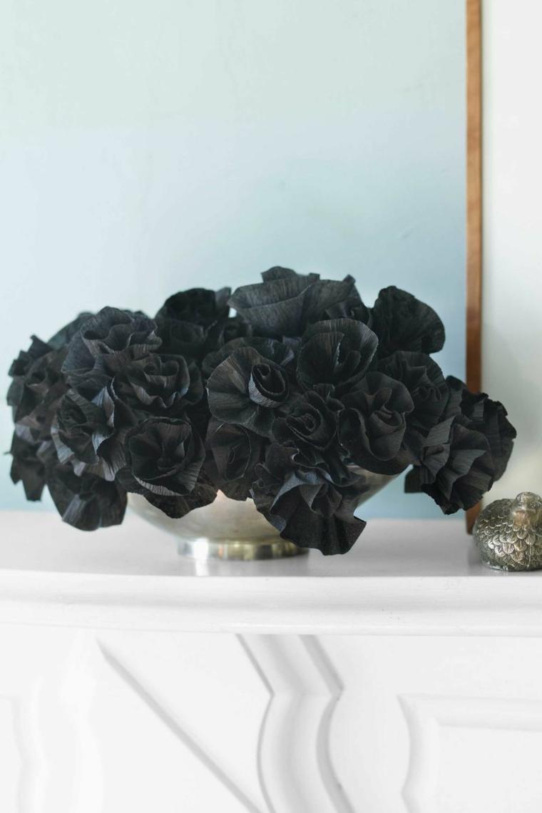 Tavolo con vaso di fiori, rose di carta nere, decorazione facile per Halloween