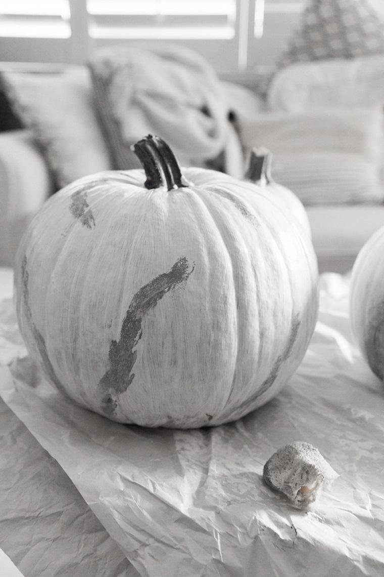 Addobbi di Halloween, zucca verniciata di bianco, macchie di grigio con spugna