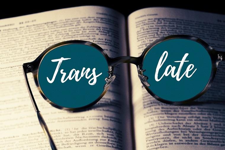 Occhiali da vista con scritta, pagina di un libro, traduzioni on line