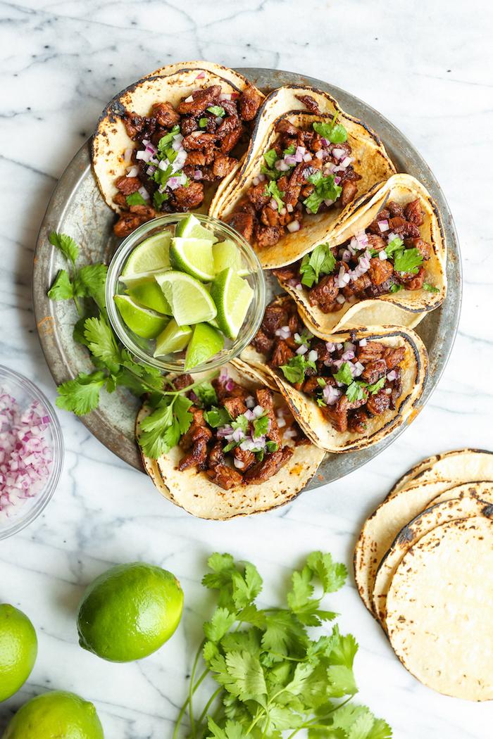 Ciotola con pezzettini di lime, tacos con carne, ricette messicane, dischetti di tortillas