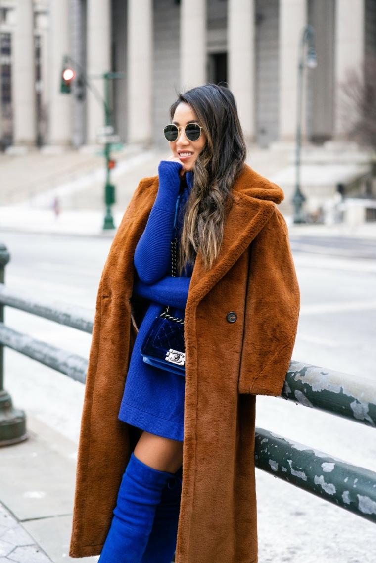 Ragazza asiatica sorridente, capelli castani balayage, cappotto marrone pelliccia, abito manica lunga blu