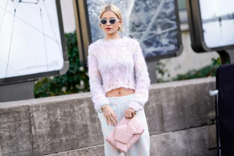 Maglioncino corto rosa, donna con capelli biondi legati, outfit inverno 2019