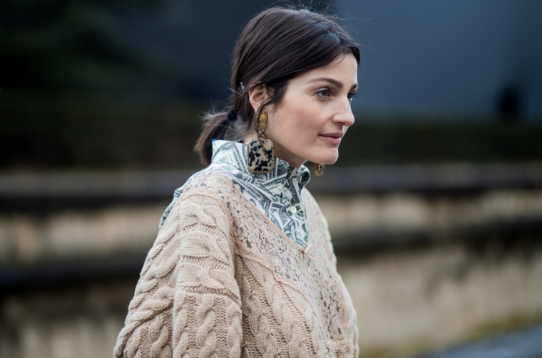 Camicia on maglione sopra, orecchini pendenti leopardo, capelli legati corti, collezione autunno inverno