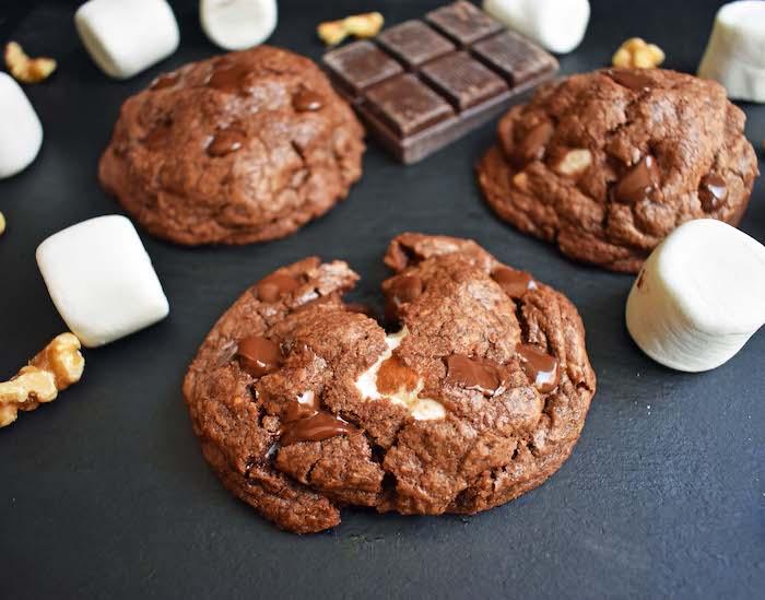 Biscotti con marshmallow, pezzo di cioccolato, cookies con noci, cookies con cioccolato