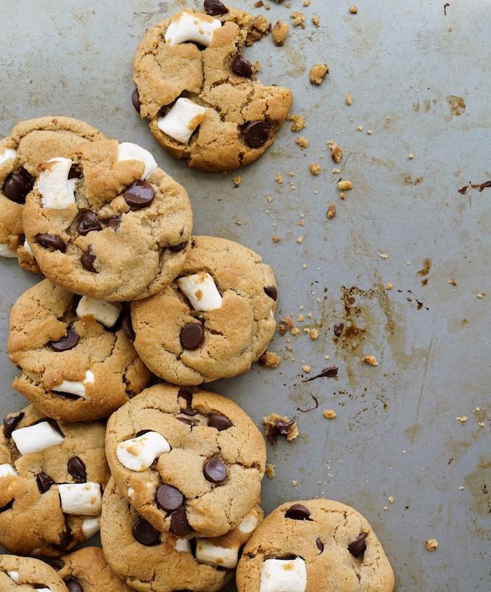 Cookies con gocce di cioccolato, biscotti con marshmallow, cookies fatti in casa ricetta