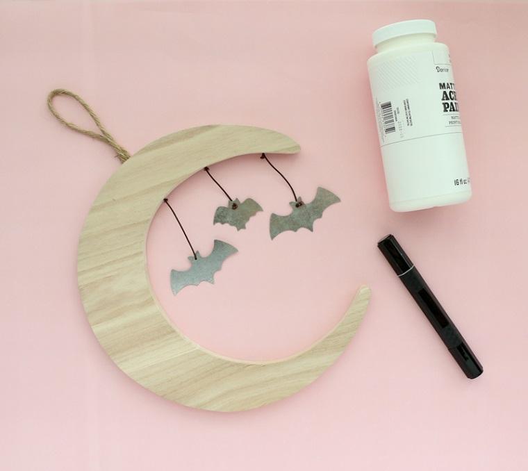 Mezza luna di legno, pipistrelli di carta appesi, barattolo di colla, lavoretti creativi per bambini Halloween