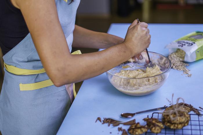 Impasto per biscotti, ricetta per biscotti, fiocchi d'avena, mescolare con cucchiaio