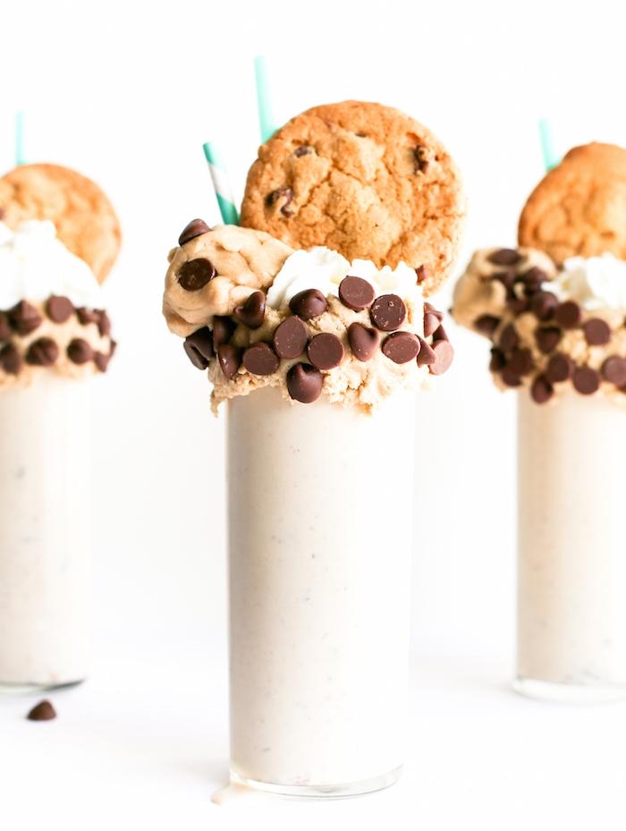 Bevanda con biscotti, gelato con gocce di cioccolato, cookies con avena
