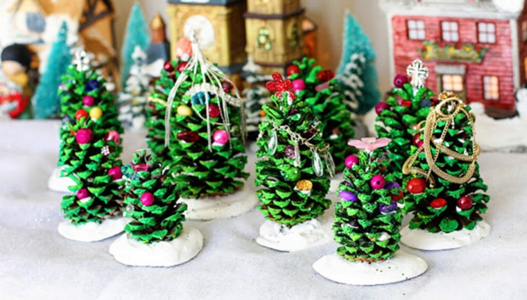 Albero di Natale stilizzato, pigne dipinte di verde, pigne con albero di Natale