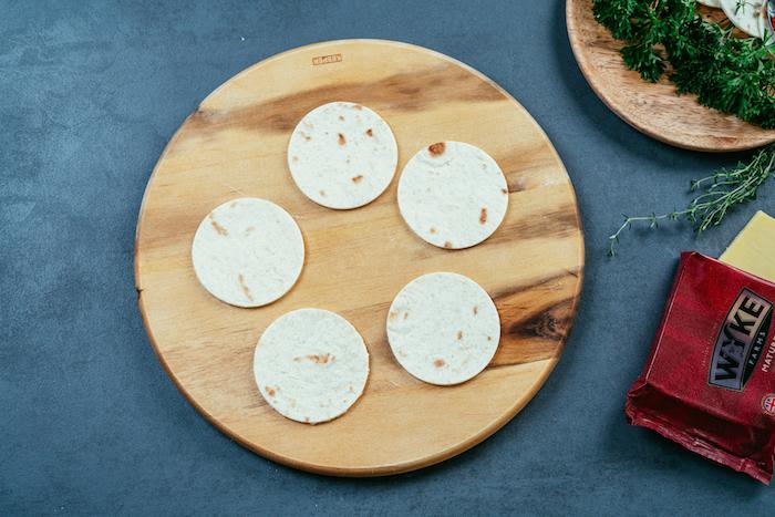 Piatti messicani, mini cerchi tacos, tagliere di legno rotondo, formaggio cheddar