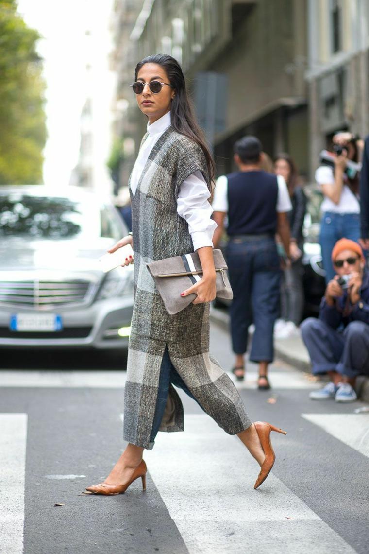 Donna che attraversa sulle strisce, cappotto lungo grigio, tendenze autunno inverno 2019