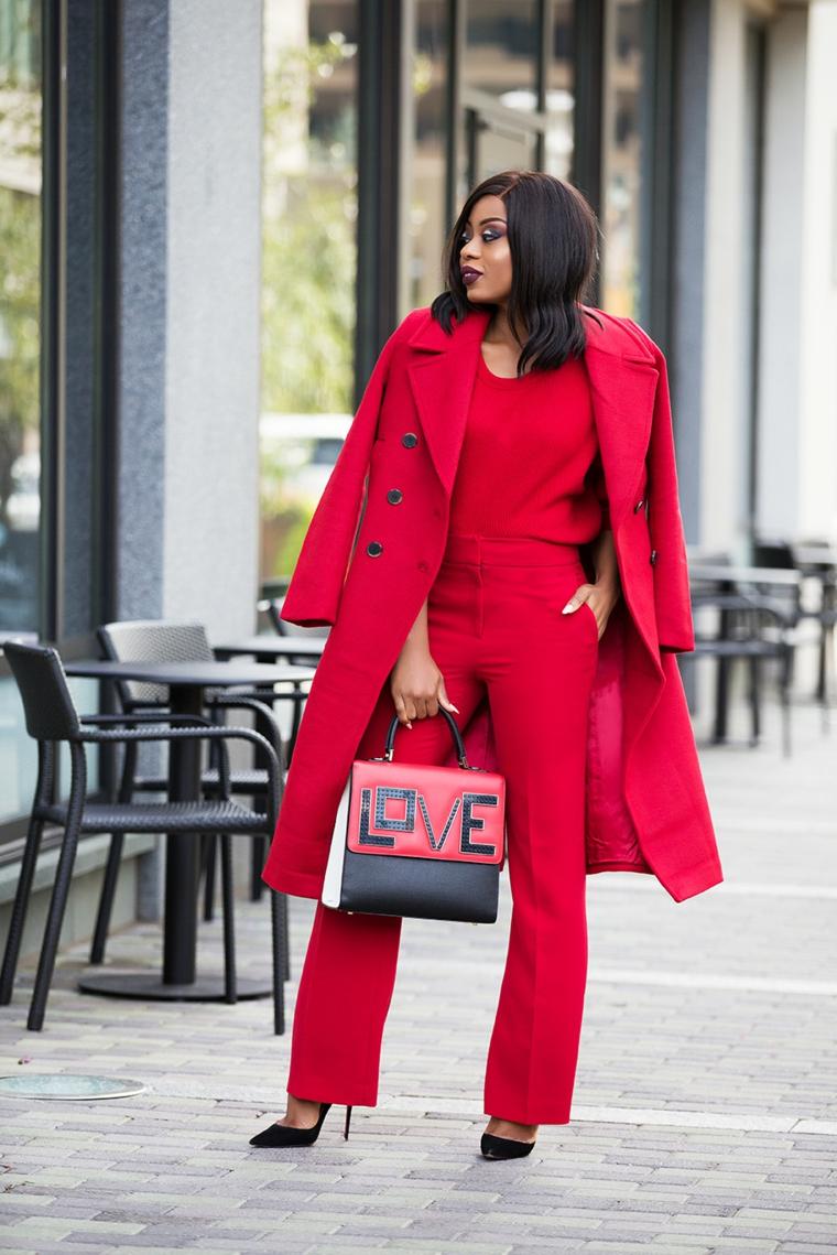 Abiti eleganti donna, pantalone e cappotto rosso, borsa con scritta Love
