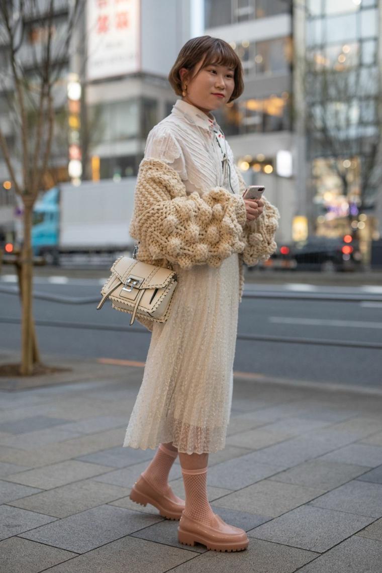 Gonna plissettata beige, maglione di lana, scarpe di gomma, collezione autunno inverno