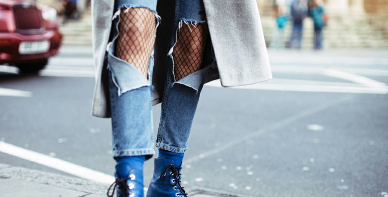 Moda invernale casual, jeans con strappi, calzamaglia a rete, cappotto lungo grigio
