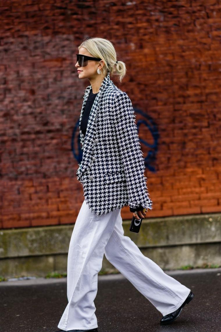 Pantalone jeans bianchi, donna con capelli neri legati, donna che cammina